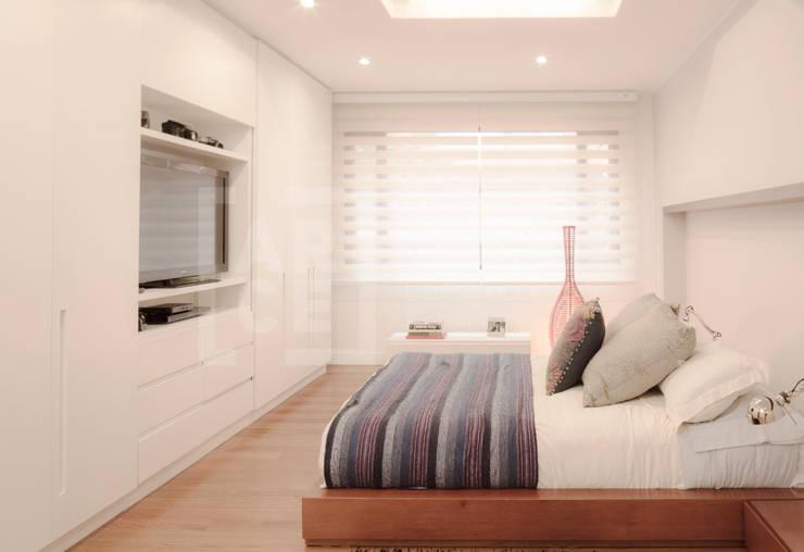 La remodelación de un apartamento en chico norte. : Habitaciones de estilo  por ARCE S.A.S