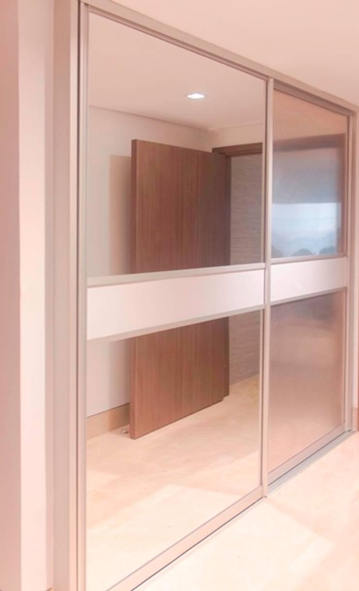 Puertas armario: Puertas y ventanas de estilo  por Monica Saravia