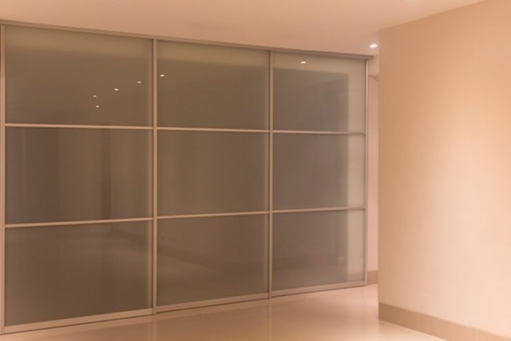 Puerta flotante para cocina: Puertas y ventanas de estilo  por Monica Saravia