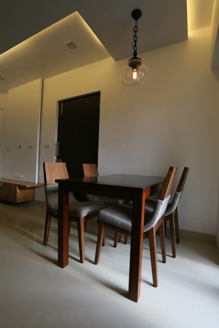 Thane Apartment.:  Dining room by The design house