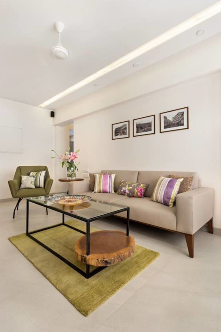 JANKI KUTIR APARTMENT:  Living room by The design house