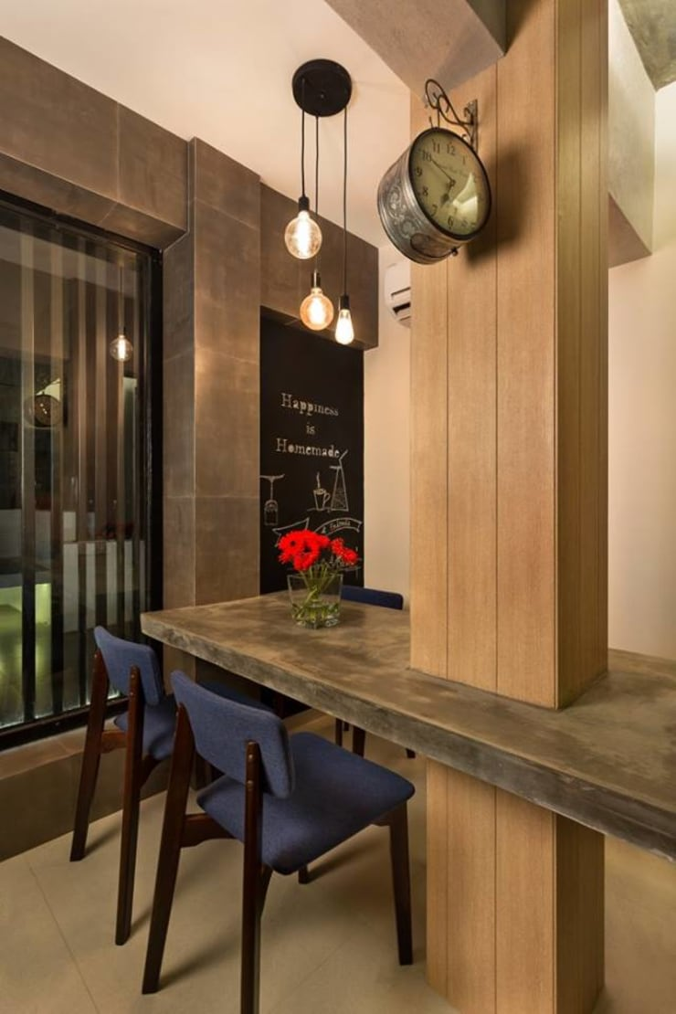 JANKI KUTIR APARTMENT:  Dining room by The design house