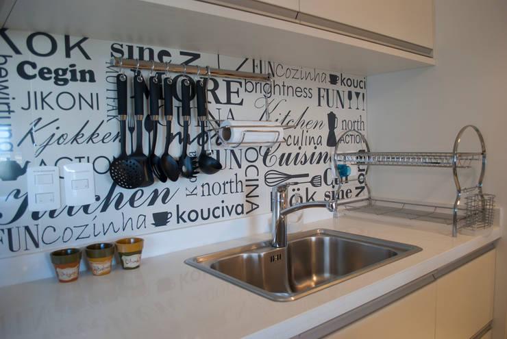 Cocinas de estilo ecléctico por Diseñadora Lucia Casanova