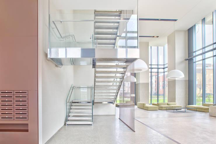 Vestíbulos, pasillos y escaleras de estilo  por Diana Lapin