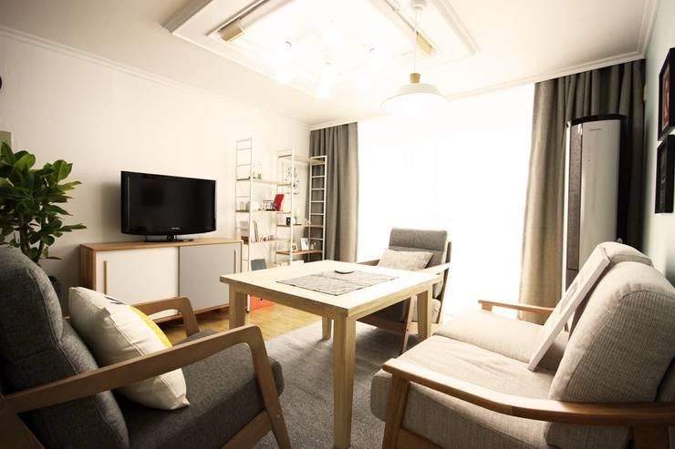 25평형 신혼집 홈 스타일링 : homelatte의  거실