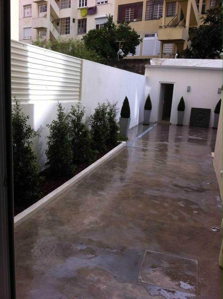 Remodelação Total de apartamento: Terraços  por By N&B Interior Design