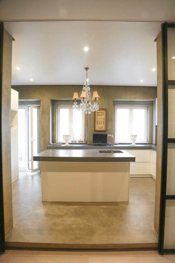 Remodelação Total de apartamento: Cozinhas  por By N&B Interior Design