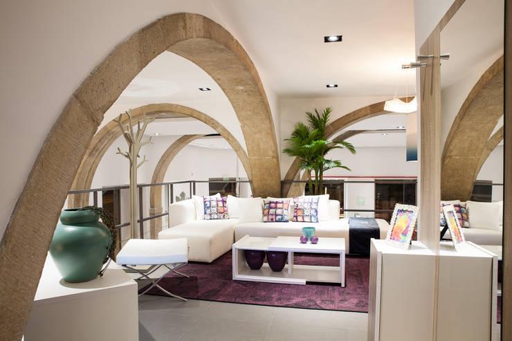 Interior da loja Antarte na Av. 24 de Julho: Casa  por Antarte Mobiliário