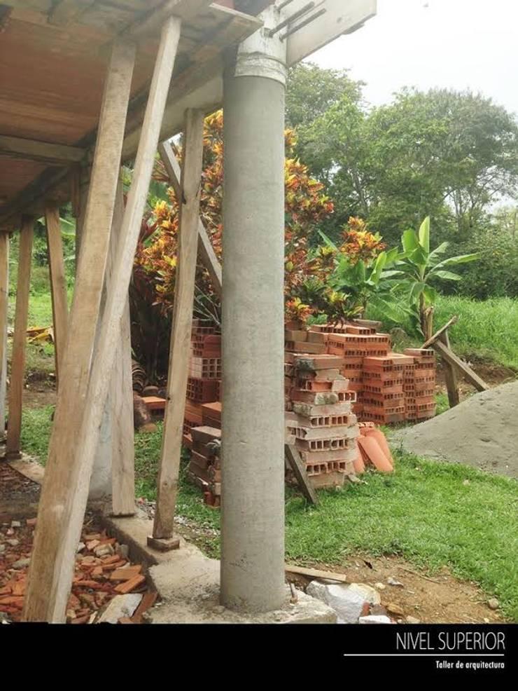 PROYECTO TAMESIS – ANTIOQUIA.: Jardines de estilo rural por NIVEL SUPERIOR taller de arquitectura