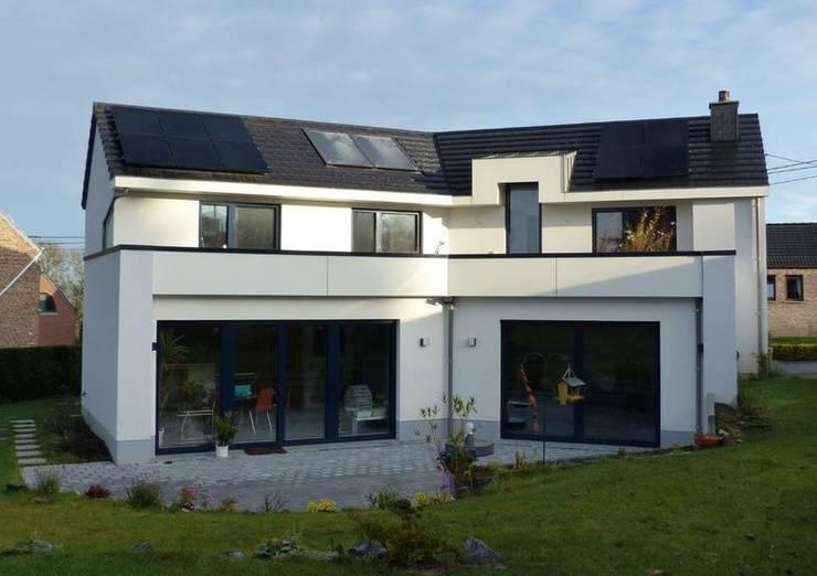 Façade arrière: Maisons de style  par Bureau d'Architectes Desmedt Purnelle