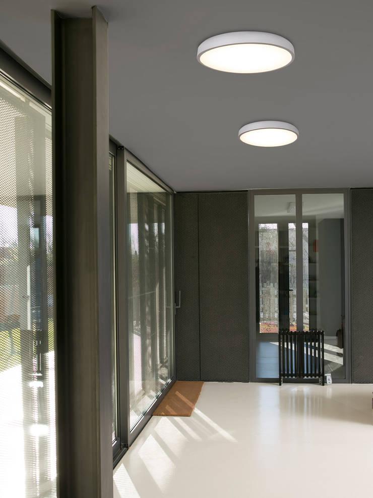 FARO Coccote p: klassischer Flur, Diele & Treppenhaus von Designort