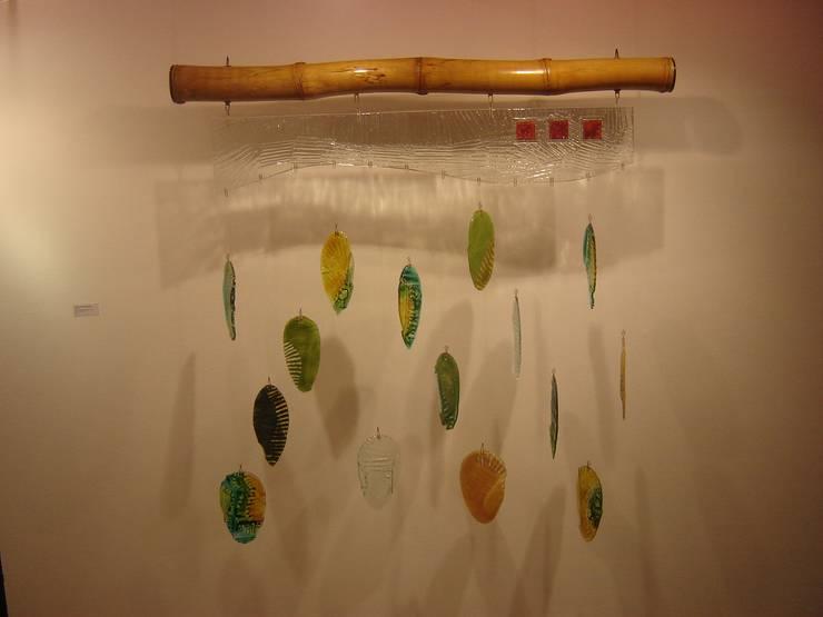 """Mural """"Hojarasca"""": Paredes y pisos de estilo  por Indigo Glass Art"""