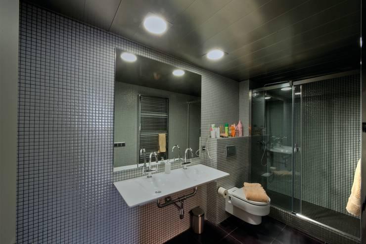 Restauración Loft: Baños de estilo  de APRIS GESTIÓ TÈNICA DE SERVEIS, SL