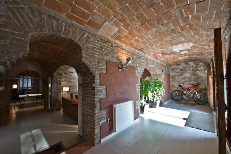 Restauración Loft: Pasillos y vestíbulos de estilo  de APRIS GESTIÓ TÈNICA DE SERVEIS, SL
