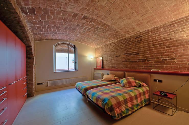 Restauración Loft: Dormitorios de estilo  de APRIS GESTIÓ TÈNICA DE SERVEIS, SL