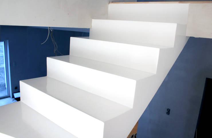 Białe schody z żywicy: styl , w kategorii Korytarz, przedpokój zaprojektowany przez FotoFloor