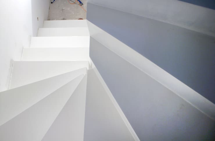 Białe schody żywiczne: styl , w kategorii Korytarz, przedpokój zaprojektowany przez FotoFloor