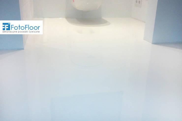 Biała posadzka żywiczna: styl , w kategorii Łazienka zaprojektowany przez FotoFloor,Nowoczesny