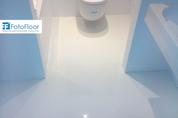 Biała posadzka żywiczna w łazience: styl , w kategorii Łazienka zaprojektowany przez FotoFloor,Nowoczesny