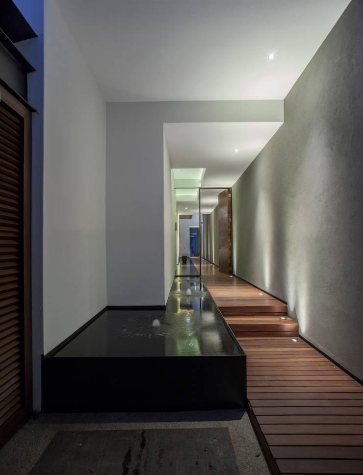 Casa de los 5 Patios: Pasillos y recibidores de estilo  por Almazan y Arquitectos Asociados