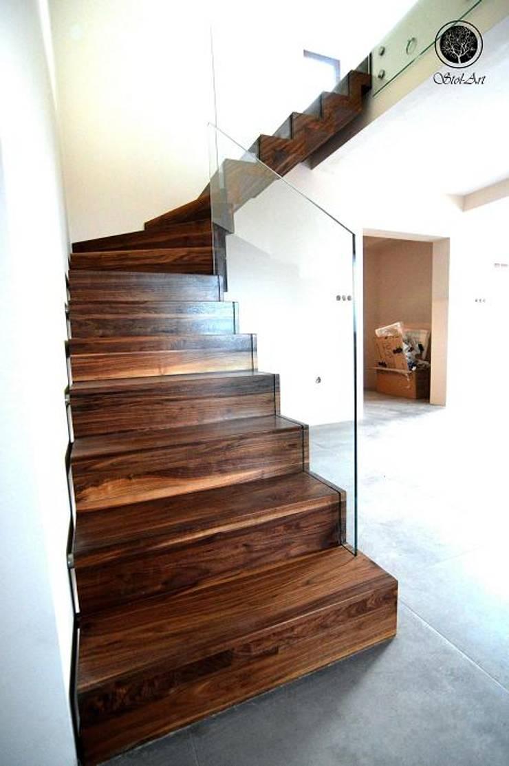 Schody dywanowe: styl , w kategorii  zaprojektowany przez Stol-Art Schody,Nowoczesny Lite drewno Wielokolorowy