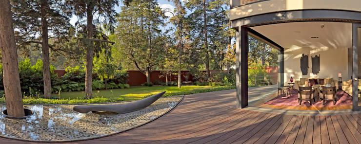 モダンデザインの テラス の Lopez Duplan Arquitectos モダン