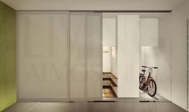 Garagem: Garagens e arrecadações  por Living Atmosphere