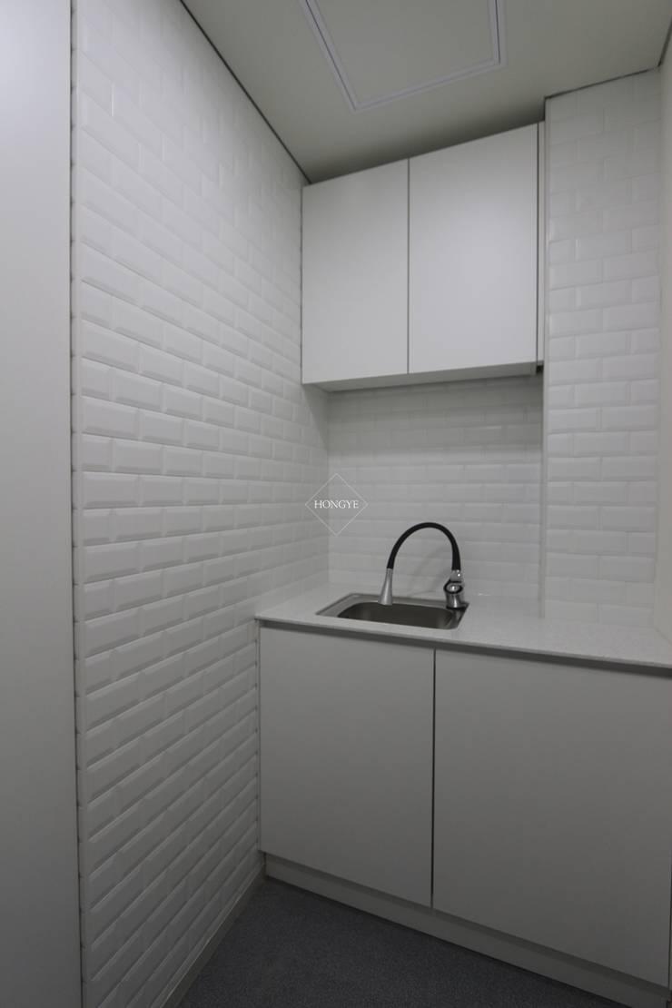 모던한 60평대 사무실 인테리어 : 홍예디자인의  다이닝 룸