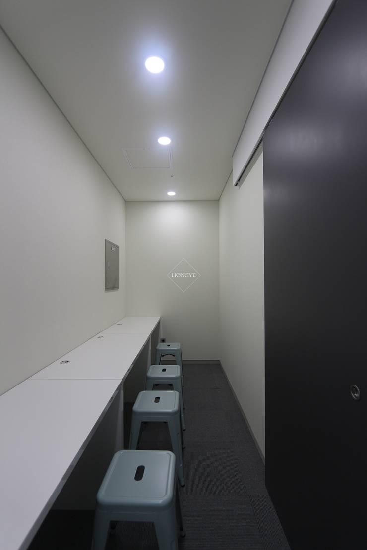 모던한 60평대 사무실 인테리어 : 홍예디자인의  서재 & 사무실