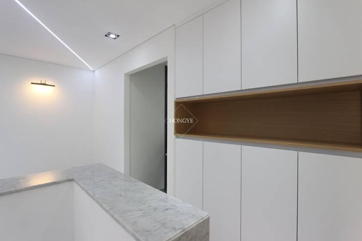 모던한 60평대 사무실 인테리어 : 홍예디자인의  복도 & 현관