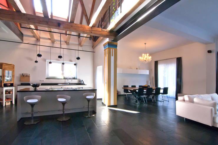 Einfamilienhaus statt Theatersaal:  Küche von SCHWEIKERT SCHILLING Architektur und Gestaltung