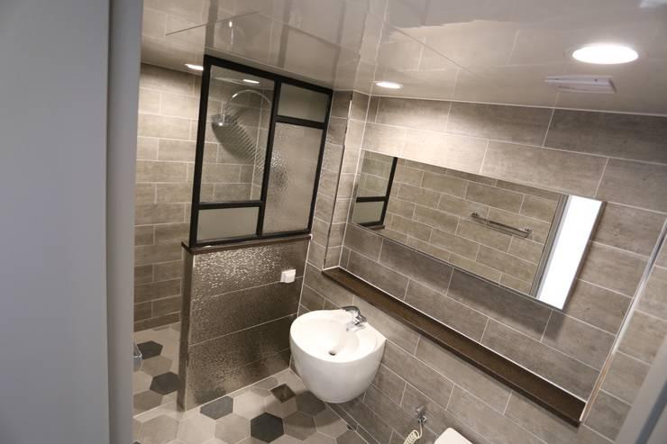 Bathroom by 디자인세븐
