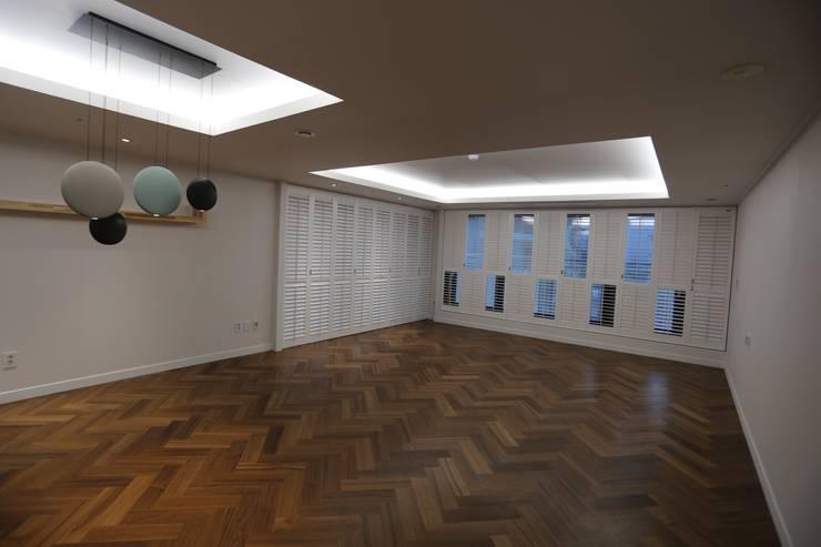 Salas de estar modernas por 디자인세븐