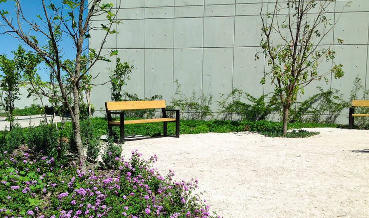 Banca Toluca con respaldo: Jardín de estilo  por Diseño Neko