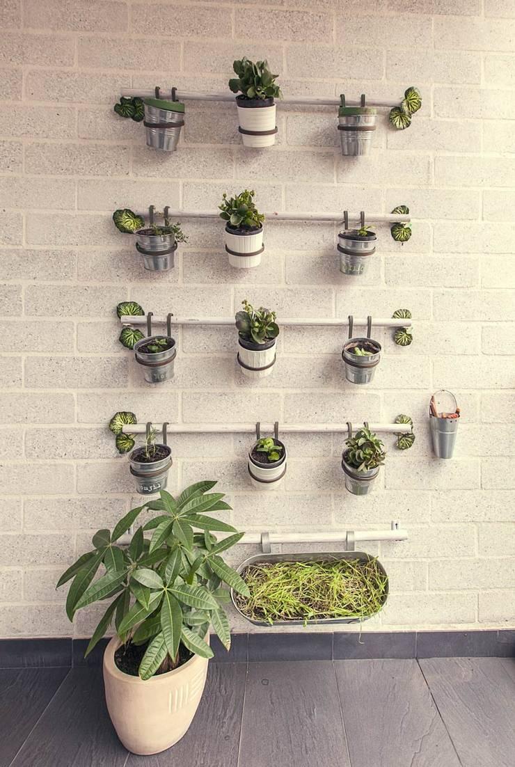 Huerta : Balcones y terrazas de estilo  por Cristina Cortés Diseño y Decoración