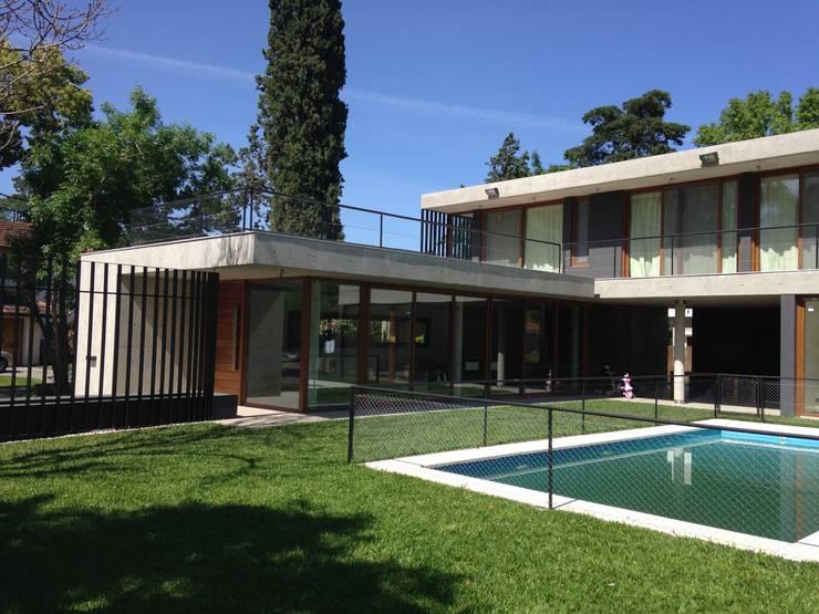 Jardin: Casas de estilo  por ARM Arquitectos