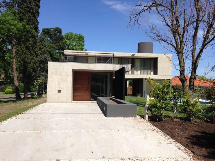 Vista Frente: Casas de estilo  por ARM Arquitectos