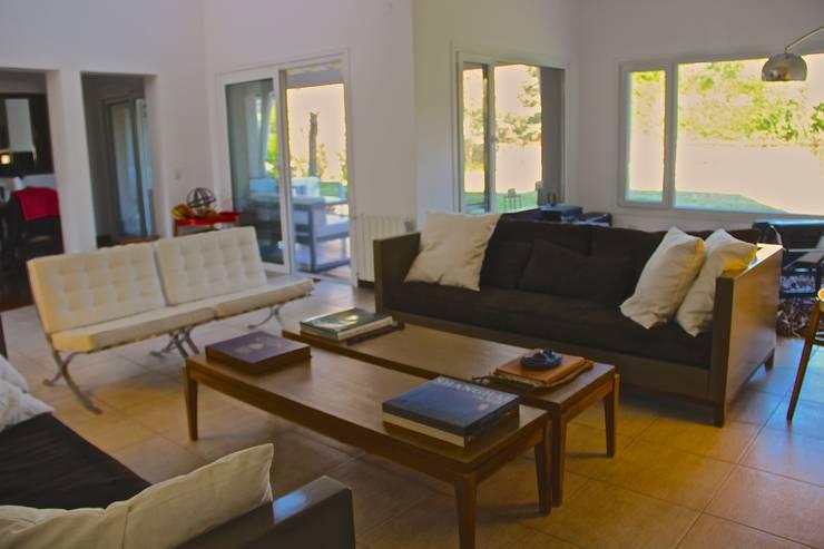 LIVING HOME UP 2: Livings de estilo  por HOME UP