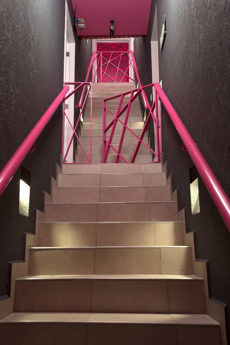 Hostal la Buena Vida: Pasillos y recibidores de estilo  por ARCO Arquitectura Contemporánea