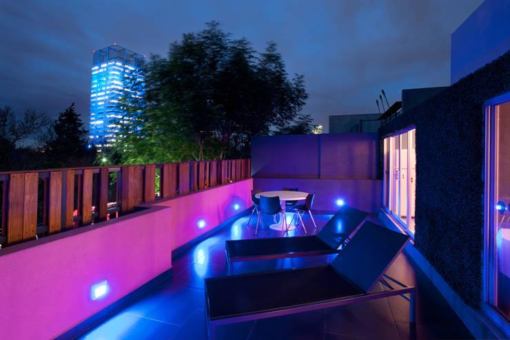 Hostal la Buena Vida: Terrazas de estilo  por ARCO Arquitectura Contemporánea