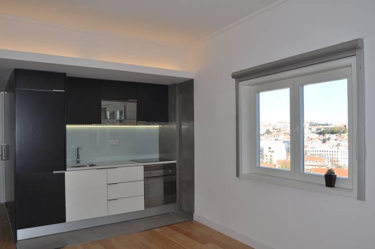 Remodelação apartamento Travessa da Conceição à Glória n.º 7: Salas de estar  por Pedro Ferro Alpalhão Arquitecto