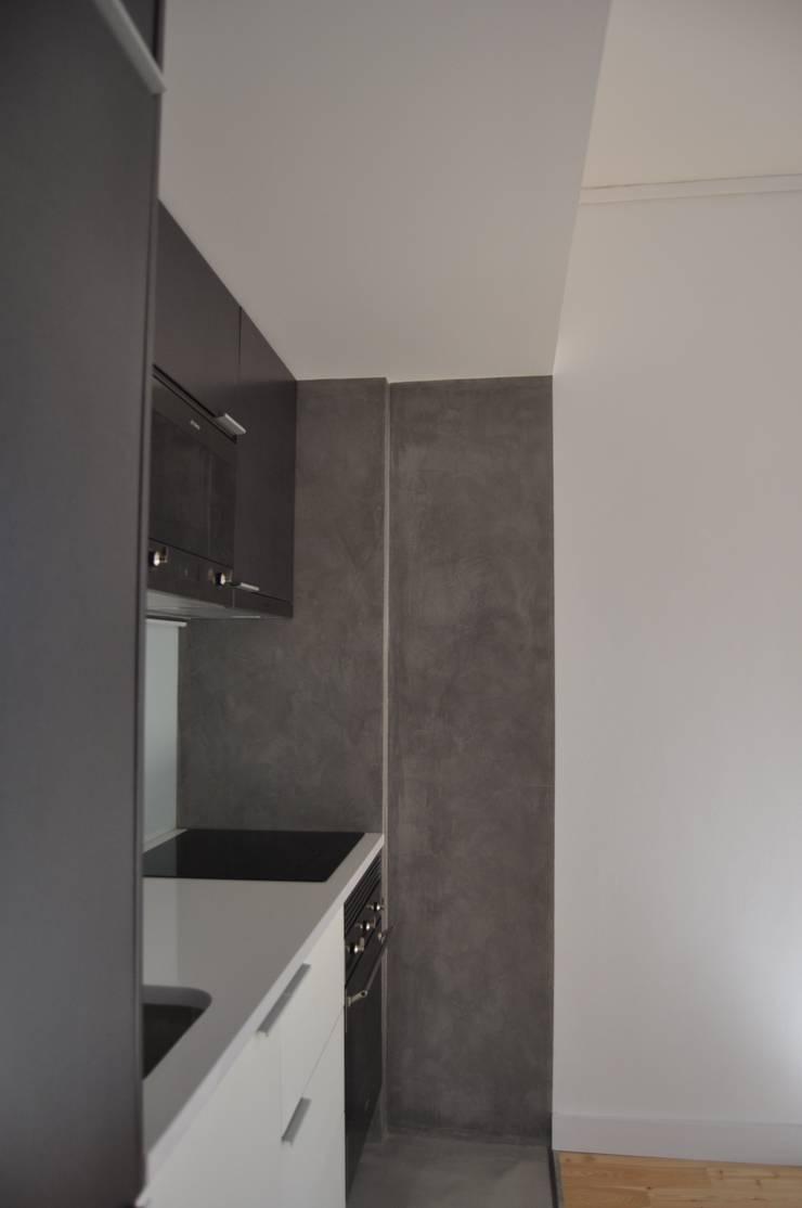 Remodelação apartamento Travessa da Conceição à Glória n.º 7: Cozinhas  por Pedro Ferro Alpalhão Arquitecto