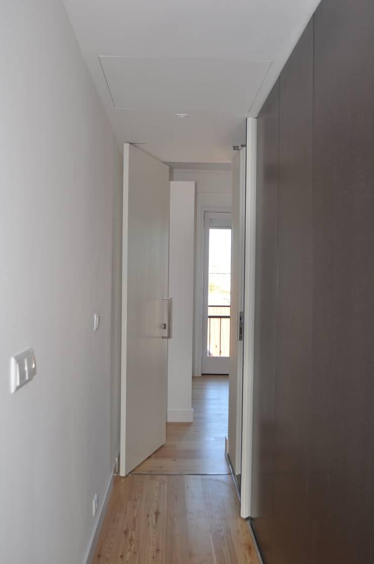 Remodelação apartamento Travessa da Conceição à Glória n.º 7: Corredores e halls de entrada  por Pedro Ferro Alpalhão Arquitecto