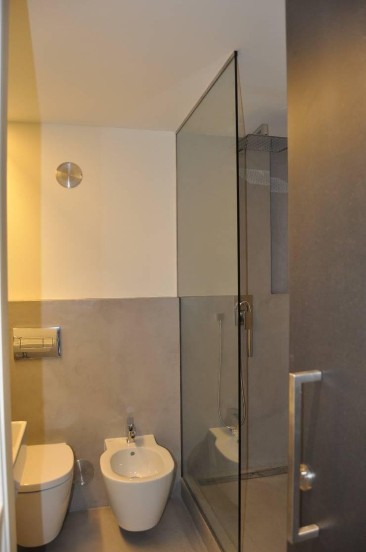 Remodelação apartamento Travessa da Conceição à Glória n.º 7: Casas de banho  por Pedro Ferro Alpalhão Arquitecto