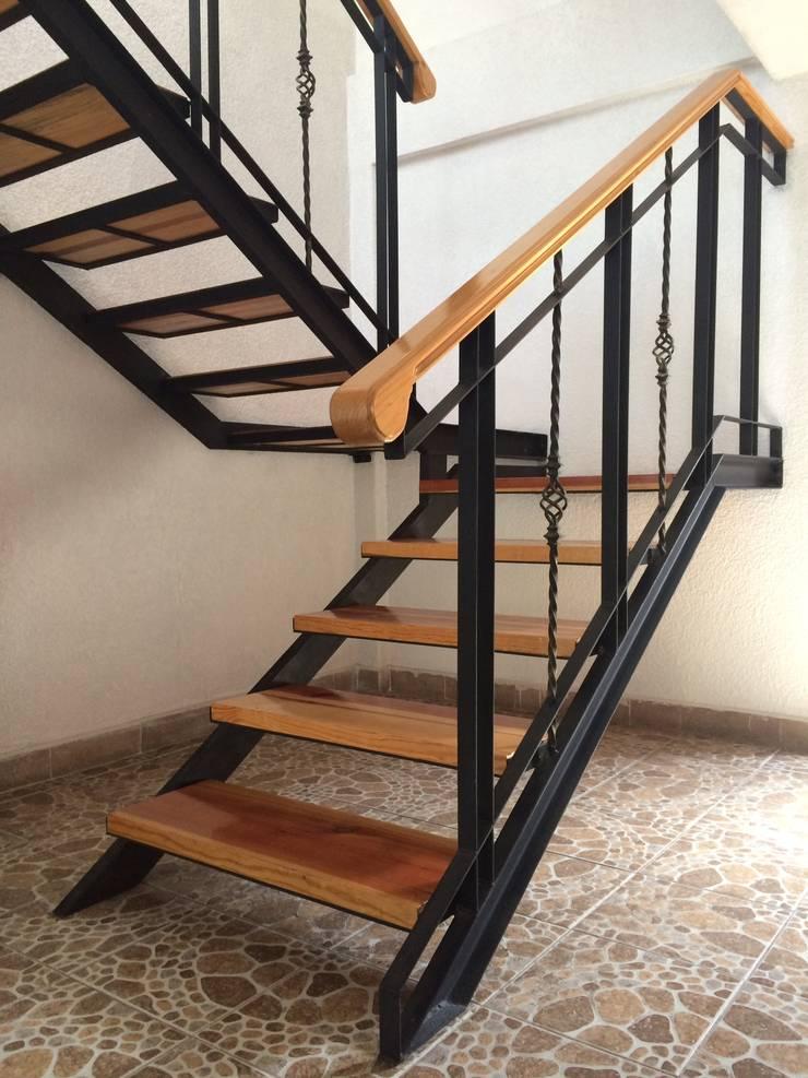 Vivienda La Presa: Pasillos y recibidores de estilo  por Taller Esencia