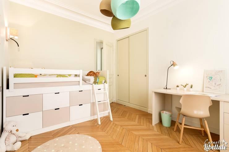 Chambre de garçon: Chambre d'enfant de style de style Moderne par Carnets Libellule