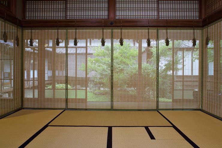 八女すだれ菊花 Yame Sudare Kikuka: 株式会社鹿田産業  SHIKADA SANGYO INC.が手掛けたリビングルームです。