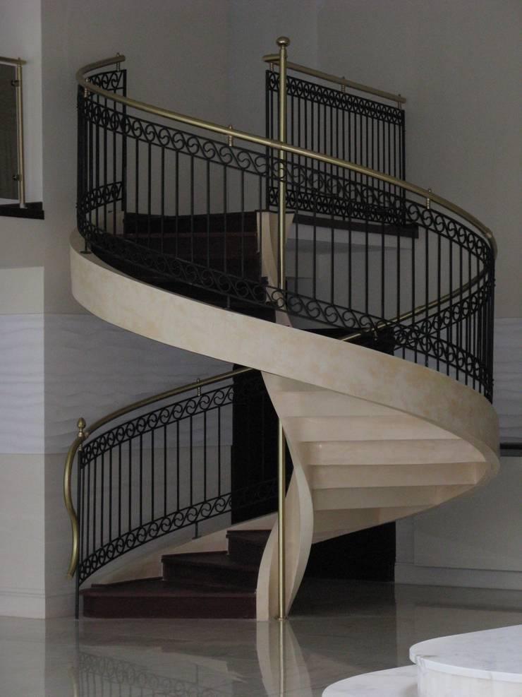 Pasillos, vestíbulos y escaleras de estilo moderno de A.P. RUD Schody Moderno Hormigón