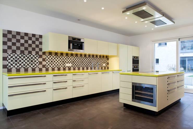 Cocinas de estilo moderno por Beilstein Innenarchitektur