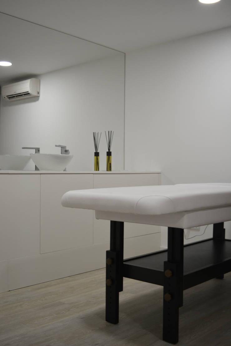 Sala de Tratamentos : Espaços comerciais  por Tó Liss